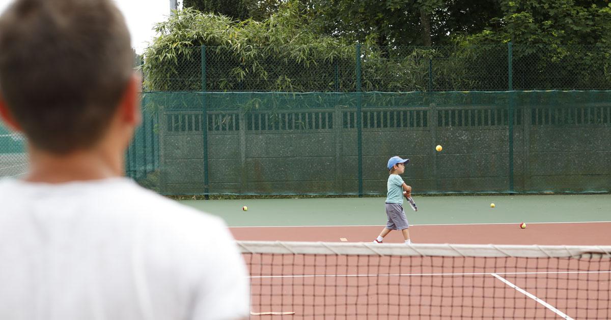 enfant et adulte jouant au tennis