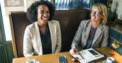 une créatrice d'entreprise avec une conseillère