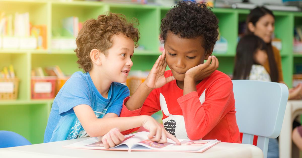 deux enfants en classe