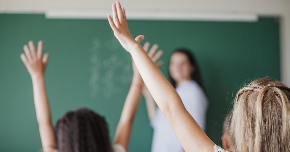 deux fillettes à l'école