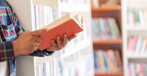 lycéen consulte un livre